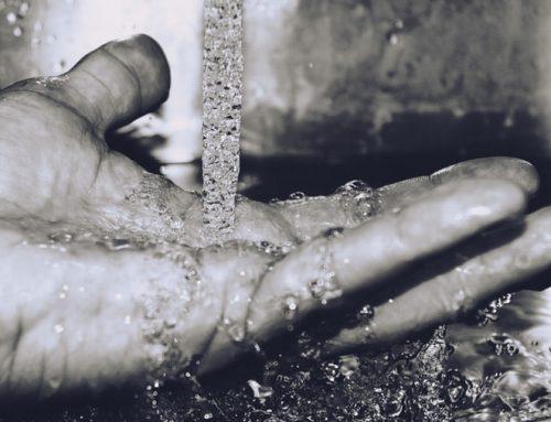 ¿Cuál es el compromiso del agua mineral natural con la sostenibilidad?